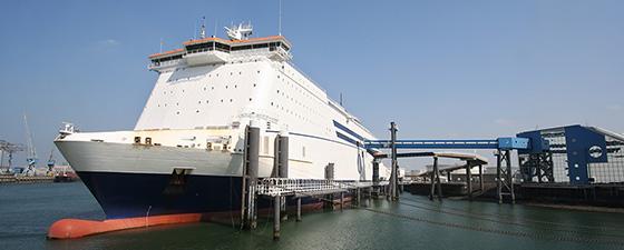 De roro werkzaamheden op een ferry